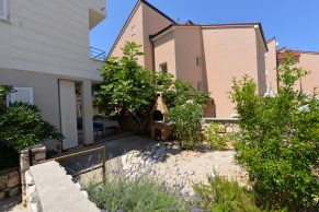 Apartments Novalja - Summer residence Natasa - Terrace, barbecue and garden
