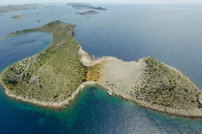 Outdoor&Adventure Tour – KAYAKING AROUND THE CLIFFS, CAVES AND ROCKS OF PAG